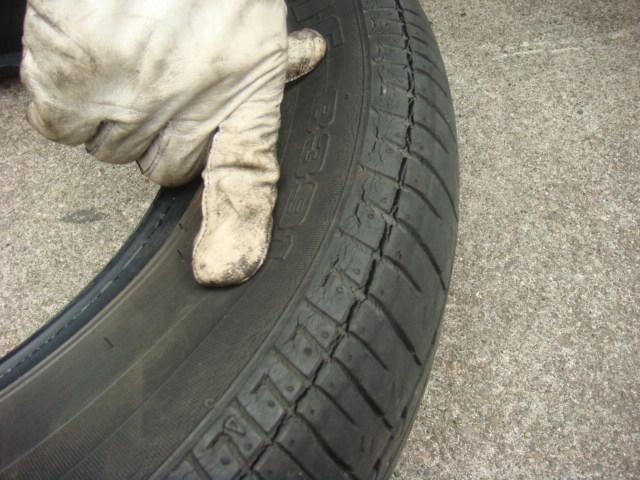 サイドウォールに沿って亀裂が入ったタイヤ